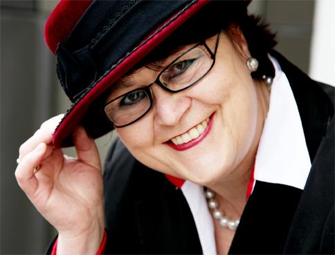 PR-Beraterin Angelika Albrecht mit Hut