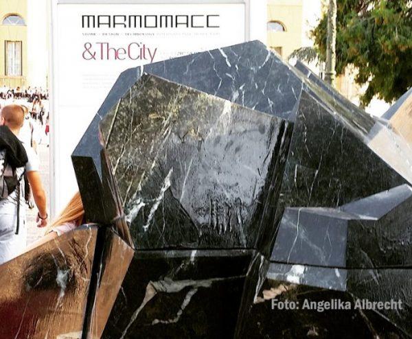 Kunstobjekte aus Marmor weisen auf die Messe Marmomacc hin