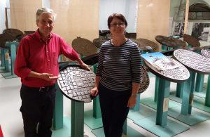 Angelika Albrecht zu Besuch im Kanaldeckelmuseum bei Stefano Bottoni
