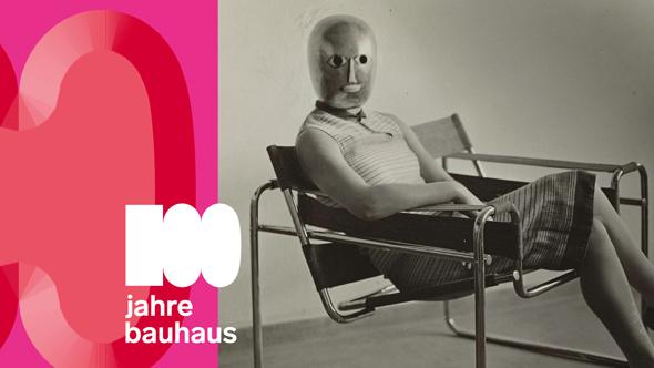 100 Jahre Bauhaus - Sitzende mit Bühnenmaske im Stahlrohrsessel