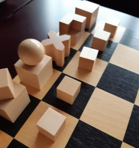 Schachspiel aus Holz mit innovativen Schachfiguren